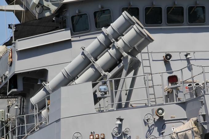 Trên tàu trang bị tên lửa đối không Sea Sparrow cải tiến, tên lửa chống tàu Harpoon Blook 2.