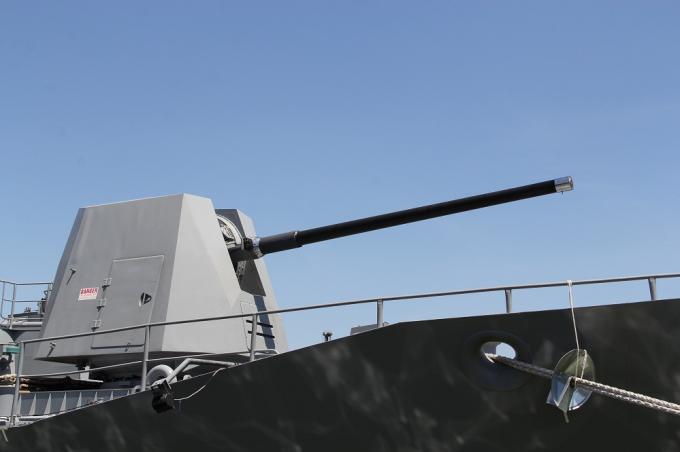 Tàu có sử dựng pháo MK 45 127 mm và 6 ống ngư lôi MK 32,cũng như 1 bãi đáp và hầm chứa cho trực thăng S-70B-2 Sea Hawk đa nhiệm