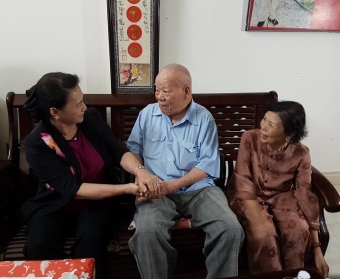 Chủ tịch Quốc hội Nguyễn Thị Kim Ngân (áo đen) ghé thăm nhà Đại tá Trần Kim Anh.