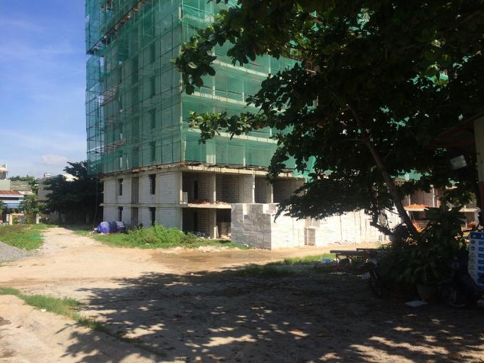 Dự án nằm khu đất vàng với 3 block, nhà 12 mới chỉ xongphần thô của một block nằm góc đường Vũ Văn Dũng - Ngô Quyền.
