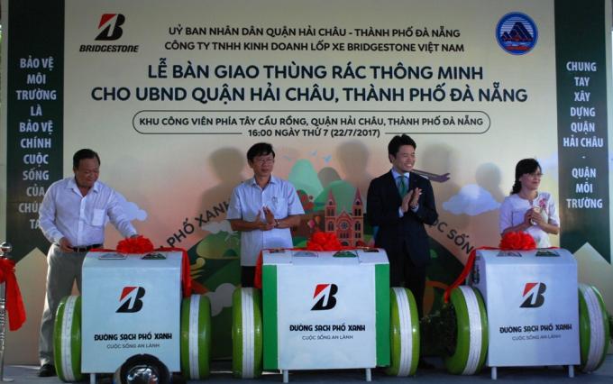 UBND quận Hải Châu tiếp nhận 50 thùng rác đa tính năng từ nhà tài trợ.