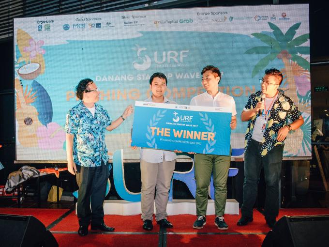 Đại diện nhóm Btaskee (trái) và Mojitok (phải) cùng nhận giải thưởng chung cuộc từ ban tổ chức.