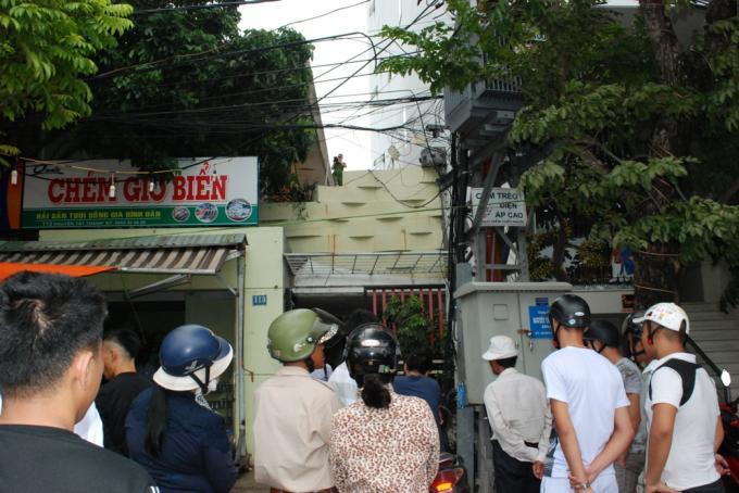Chiều 23/7, chủ nhà địa chỉ 113 Nguyễn Tất Thành nghe tiếng động lớn phát ra từ phía trên mái nhà.