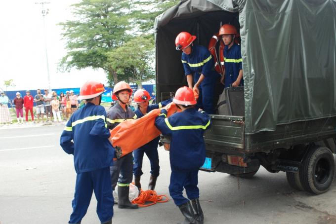 Cảnh sát PCCC TP Đà Nẵng đưa dụng cụ đến để đưa thi thể nạn nhân xuống đất.