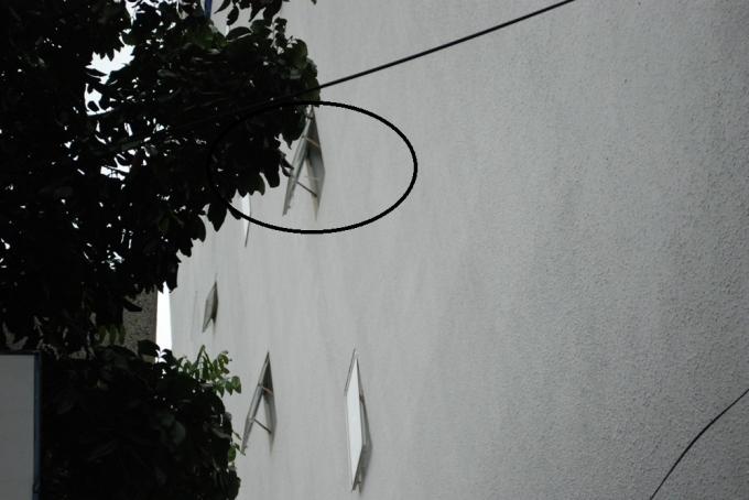 Cơ quan chức năng đang đo các cửa chớp thông gió từ trong các phòng ra bên ngoài (vòng tròn đen).