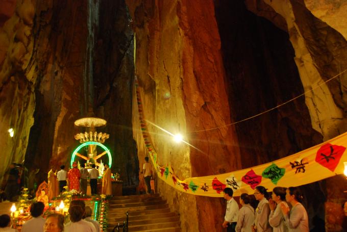 Tất cả các nghi thức Phật giáo đều được tổ chức tại Động Âm Phủtrong Lễ Vu Lan báo hiếu - Ngũ Hành Sơn 2017.