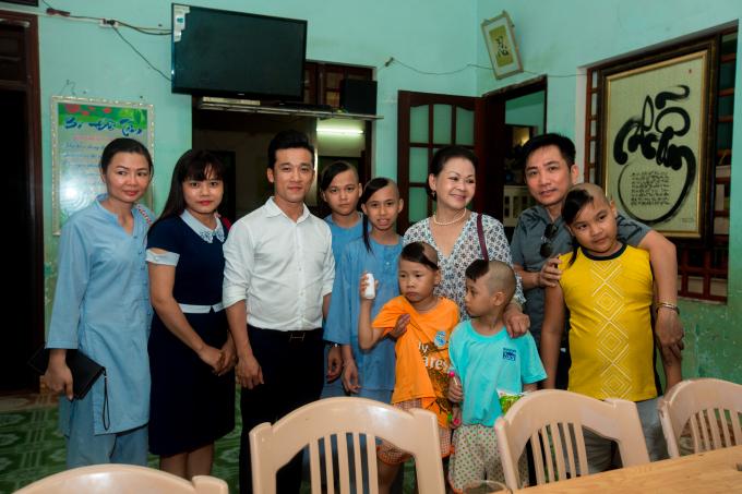 Nữ danh ca Khánh Ly (áo trắng) có chuyến thăm mái ấm tình thương tại chùa Quang Châu tối 5/9. Ảnh: CaroMedia.