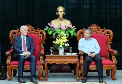 Giám đốc quốc gia ADB (trái) cam kết hỗ trợ Đà Nẵng triển khai các dự án. (Ảnh: danang.gov.vn).