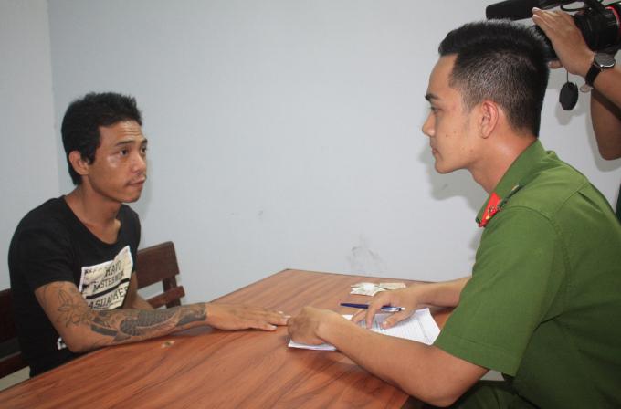 Từ hình ảnh trích xuất camera, cơ quan chức năng phát hiện ra HuỳnhNhung (áo đen) là người thực hiện vụ cướp.