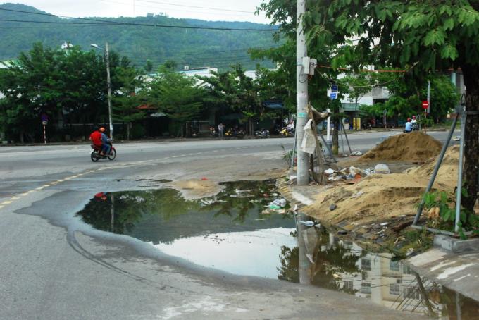 Khi trời mưa, nước đổ ra sát giữa đường, người lái xe phải lách sang làn xecơ giới vì cát phủ hết mặt đường, dễ gây tai nạn khi phanh xe đột ngột.
