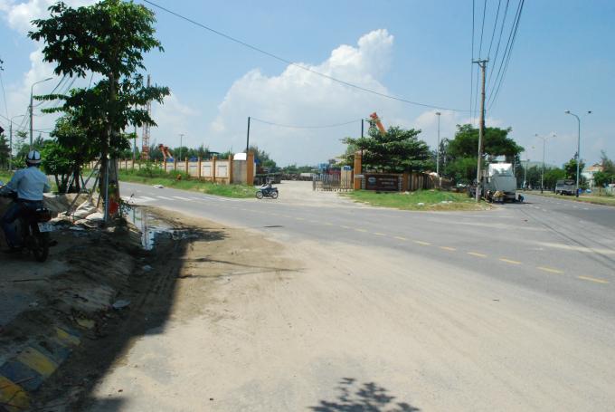 Đường vào khu vực này đa phần xe tải, xe container, nên việc lấn làn vô cùng nguy hiểm cho người đi các phương tiện khác đi qua khu vực này.