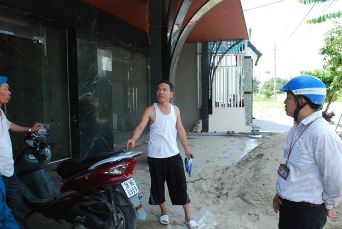 Chủ nhà lô 51-S2 cho biết đơn vị thi công của chủ đầu tư Đất Xanh Miền Trung hiện thi công ngoài mặt tiền, còn chủ gia đình thì sửa chữa, chống thấm phía trong nhà.