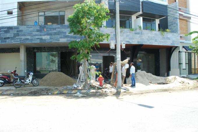 Cát đổ đầy xuống mặt đường lẫn khu vực thoát nước của đường Trần Nhân Tông.