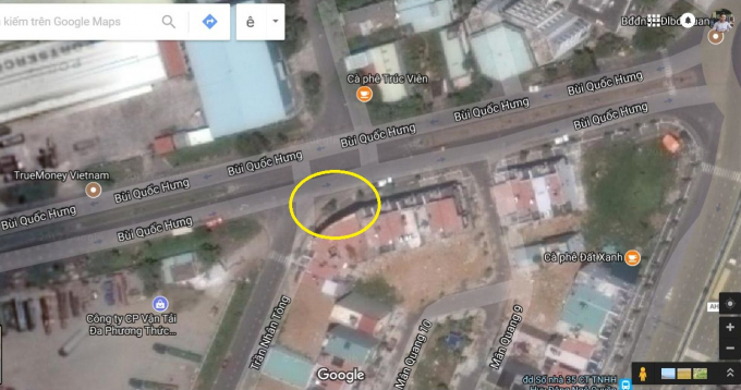 Khu vực cát, nước đổ ra mặt đường (vòng tròn màu vàng) có thể thấy rõ qua ảnh chụp vệ tinh.