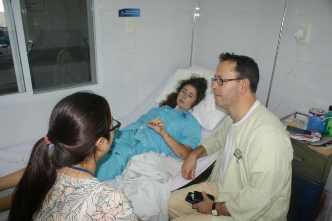 Bệnh nhân Isabelle (áo xanh) đã tỉnh sau ca phẫu thuật.