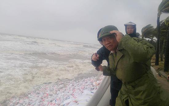 Chủ tịch UBND tỉnh Quảng Nam Đinh Văn Thu kiểm tra tình hình mưa lũ tại Hội An và Đại Lộc sáng 5/11. Ảnh: Báo Quảng Nam.