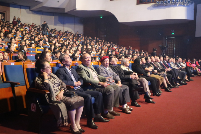 Đông đảo khán giả có mặt tại khán phòng có sức chứa 1.200 người tại Nhà hát Trưng Vương Đà Nẵng để theo dõi chương trình.