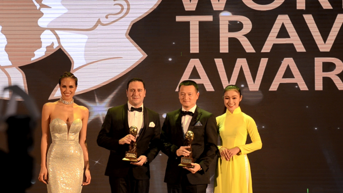 Ông Đặng Minh Trường - Phó Chủ tịch HĐQT, Tổng Giám đốc Sun Group (áo đen, phải) tại lễ trao giải.