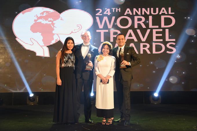 Đại diện JW Marriott Phu Quoc và InterContinental Danang Sun cùng chia sẻ niềm vui đạt giải.