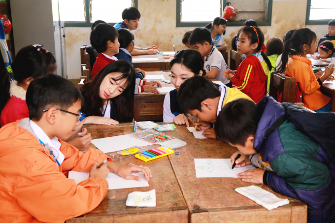 Sinh viên trường Chung Ang giúp các em học sinh Trường tiểu học ở Quảng Ngãi phát triển các kỹ năng sáng tạo.