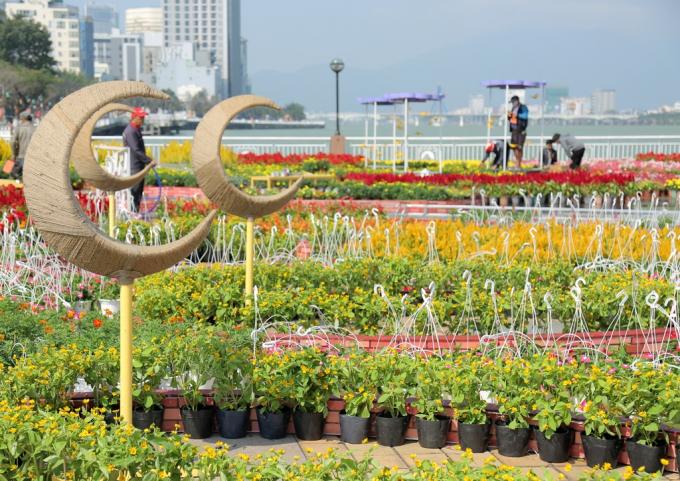 Đường hoa Đà Nẵng nằm ngay khu vực chân cầu Rồng.