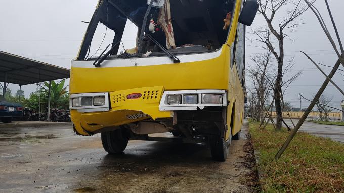 Chiếc xe khách gặp nạn khiến 2 hành khách tử nạn.