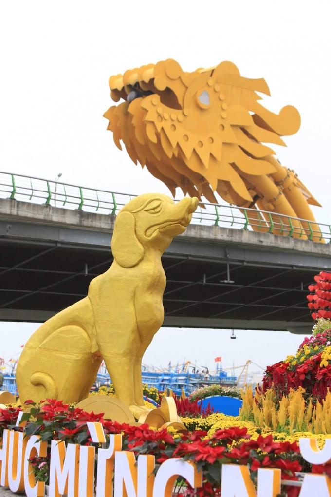 Hình ảnh chú chó vàng - đại diện cho năm Mậu Tuất được bố trí trang trọng ngay dưới chân cầu Rồng.