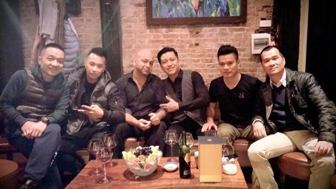 Tuấn Hưng cùng Flores và những người bạn chụp ảnh lưu niệm tại quán của nam ca sĩ này (Ảnh: Công Đức).