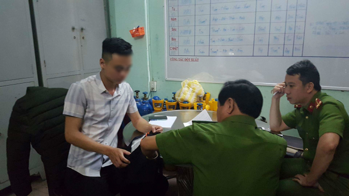 Phóng viên H.V.N (trái) cho biết chủ quán bar và nhân viên, bảo vệ quán không hề can ngăn trong 2 giờ anh bị nhóm thanh niên bắt giữ, hành hung trong quán.