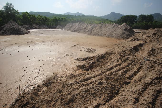 Người dân phát hiện có dòng nước đục và có cá chết trên sôngBồng Miêu ngày 17/3.