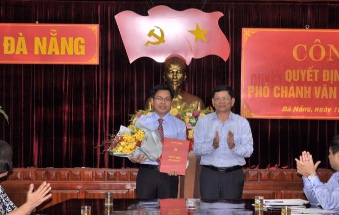 Ông Nguyễn Đức Hoàng (trái) nhận quyết định điều động từ lãnh đạo Thành uỷ Đà Nẵng. Ảnh: Đ.T.
