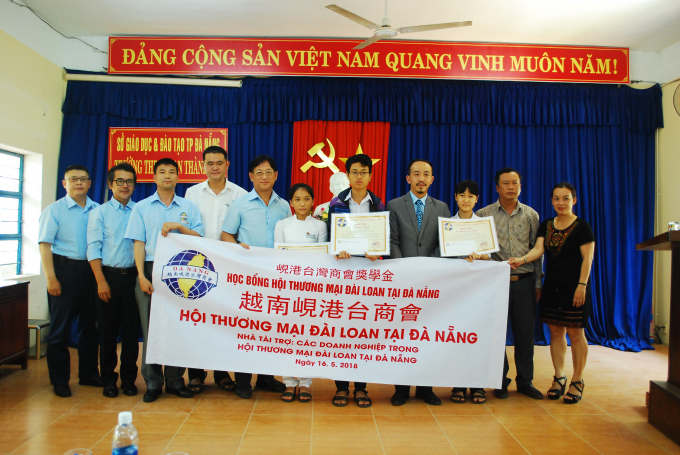 Hội Thương mại Đài Loan tại TP Đà Nẵng trao học bổng cho 3 học sinh tại trường Phan Thành Tài.