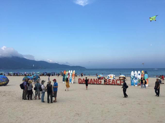 Du khách có mặt tại bãi biển Mỹ Khê trong sự kiện khai trương mùa du lịch biển.