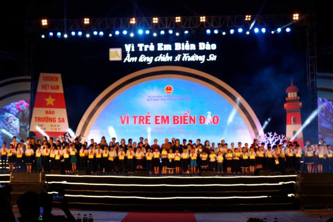 Trao1.000 phần quà tặng con cán bộ chiến sỹ đang làm nhiệm vụ tại quần đảo Trường Sa và Nhà giàn DK1, con ngư dân 5 tỉnh, thành phố miền Trung (Đà Nẵng, Quảng Nam, Quảng Ngãi, Bình Định và Phú Yên).