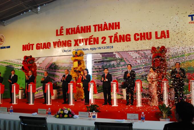 Việc khánh thành vòng xuyến hai tầng Chu Lai là món quà THACO trao tặng trong 15 năm ngày thành lập Chu Lai - THACO.