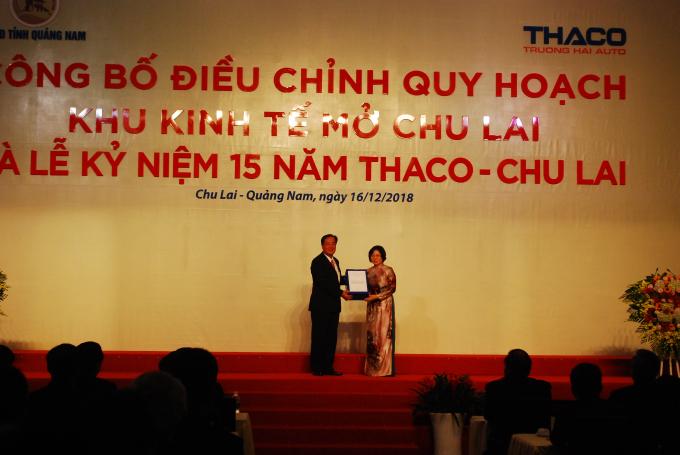 Thứ trưởng Bộ Xây dựng Phan Thị Mỹ Linh (phải) traoQuyết định phê duyệt điều chỉnh Quy hoạch chung xây dựng Khu kinh tế mở Chu Lai cho UBND tỉnh Quảng Nam.