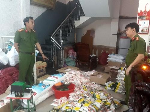 Công an TP Đà Nẵng phát hiện cơ sở sản xuất hơn 1.200 gói hạt nêm và bột ngọt làm giả.
