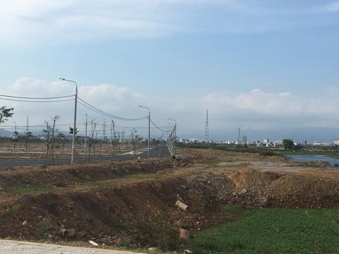 Đất tái định cư hộ chính theo mặt bằng Quyết định số 41/2013/QĐ-UBND tại đường Võ Chí Công (đường 10,5m x 2), Khu Tây Nam làng nghề đá Mỹ nghệ non nước, có giá 2.420.000 đồng/m2..