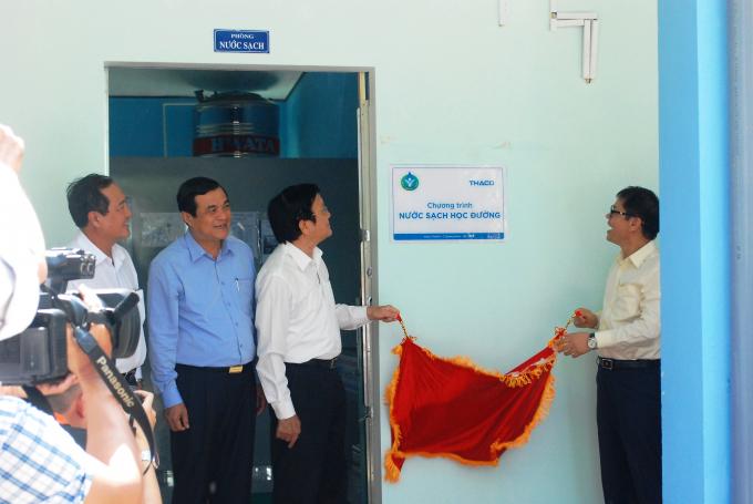 Nguyên Chủ tịch nước Trương Tấn Sang cùnglãnh đạo tỉnh Quảng Nam, THACO thực hiện lễ khánh thành hệ thống lọc nước tại trường tiểu học Lê Quý Đôn.