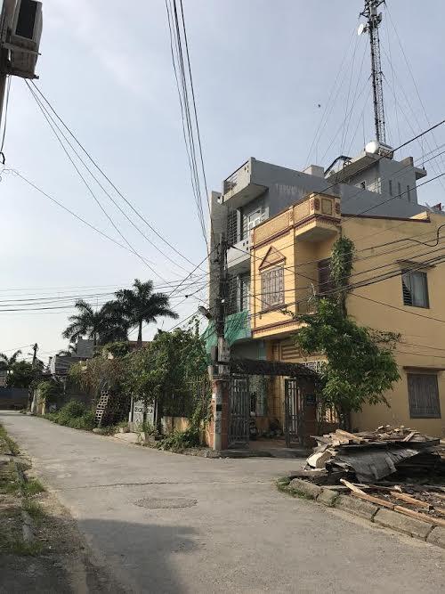 Ngôi nhà cao tầng cùng công trình viễn thông mọc lên từ đất đầm Ngao.