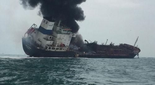 Tàu chở dầu bốc cháy dữ dội ngoài khơi đảo Lamma ở Hồng Kông hôm 8-1 Ảnh: Cảnh sát Hồng Kông.