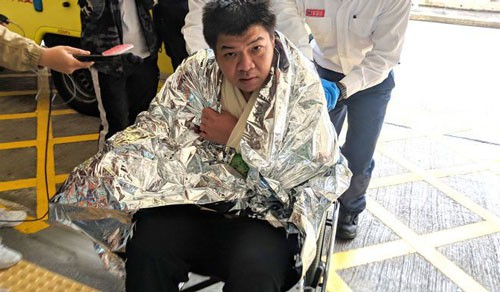 Các thành viên trên tàu chở dầu được giải cứu hôm 8-1 Ảnh: Apple Daily.