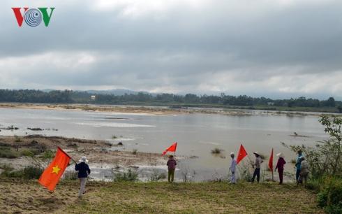 Người dân đến hiện trường phản đối khai thác cát trên sông Thu Bồn..