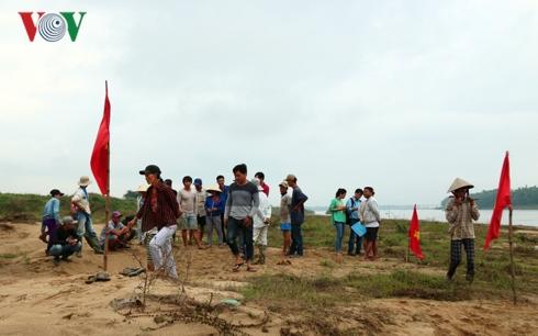 Người dân bỏ công ăn việc làm ra bờ sông phản đối tình trạng khai thác cát gây sạt lở..