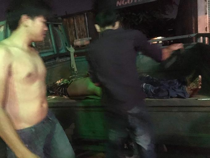 Người dân đưa các nạn nhân đi cấp cứu. Ảnh: C.T.