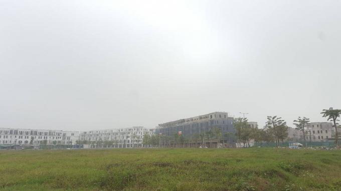 Các tòa nhà mọc lên sẵn sàng đón khách đến tham quan, mua bán.