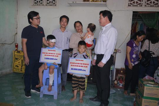 Đại diện Báo Người Lao Động trao một phần tiền mặt cho gia đình trang trải hậu sự.