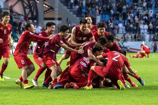 Các tuyển thủ Việt Nam ăn mừng sau khi đánh bại tuyển Jordan để vào tứ kết Asian Cup 2019. Ảnh: The Nation.