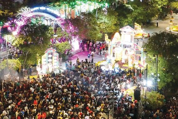 Đông đảo người dân và du khách tham quan Đường hoa Tết Kỷ Hợi 2019 ngay sau lễ khai mạc.