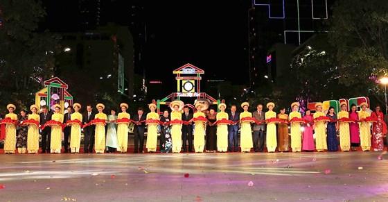 Cắt băng khai mạc Đường hoa Tết Kỷ Hợi 2019 tại phố đi bộ Nguyễn Huệ.